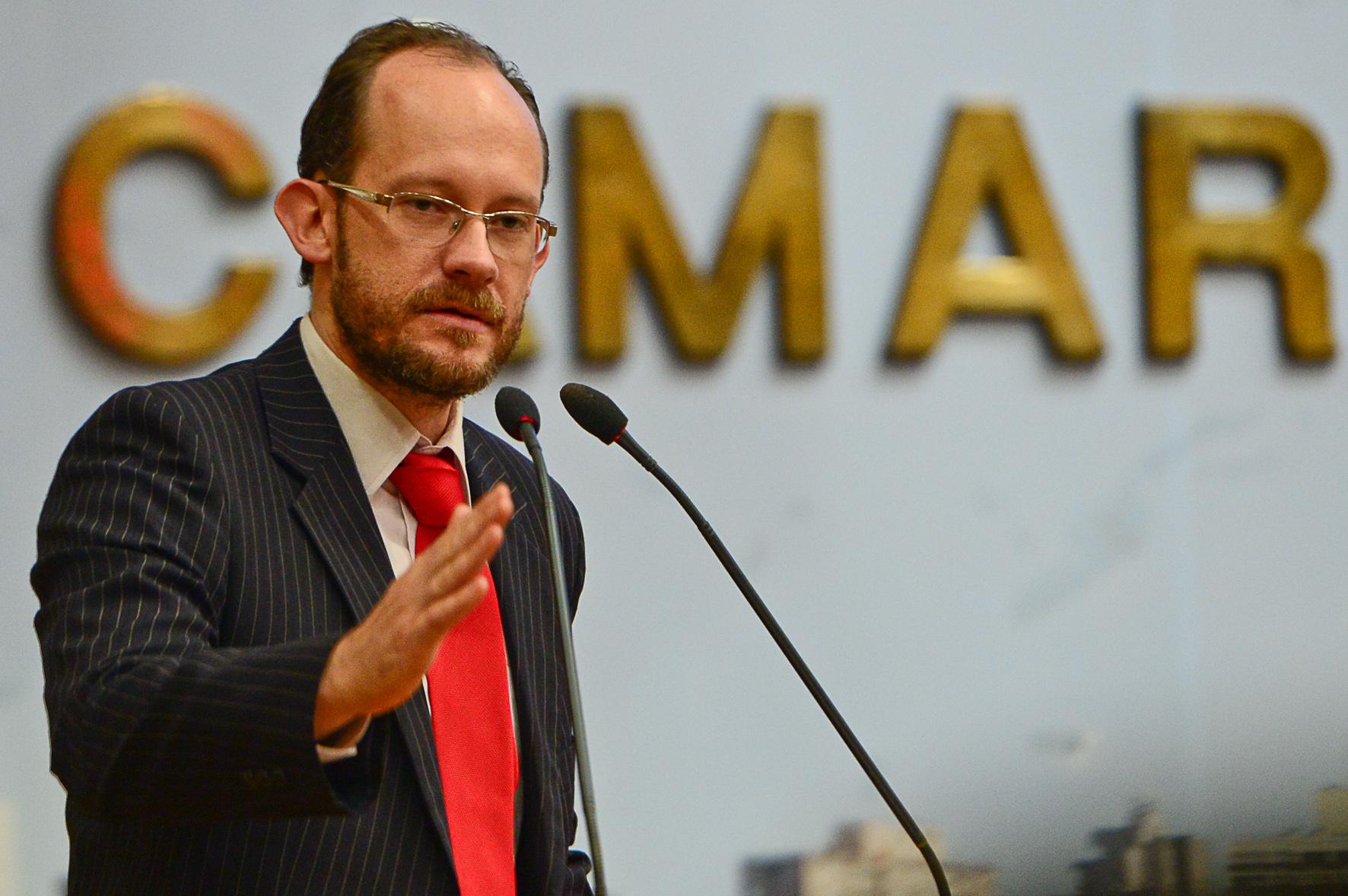 Vereador Alberto Kopittke na tribuna, como proponente da homenagem a Themis assessoria jurídica e estudos de gênero.  Foto: Matheus Piccini/CMPA