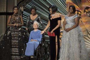 Katherine Johnson e as atrizes do filme 'Estrelas Além do Tempo' no palco do Oscar 2017.