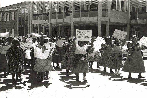Mulheres protestam em Lesotho por direitos iguais no Dia Internacional da Mulher (2008)