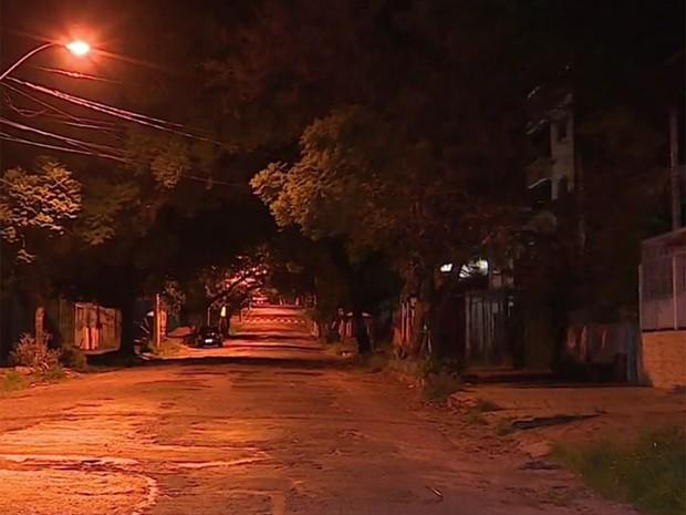 Rua onde a vítima foi espancada durante assalto (Foto: Reprodução/RBS TV)
