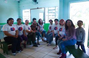 Sava Brito, gerente de programas do Fundo Elas, em conversa com as PLPs da Lomba do Pinheiro.
